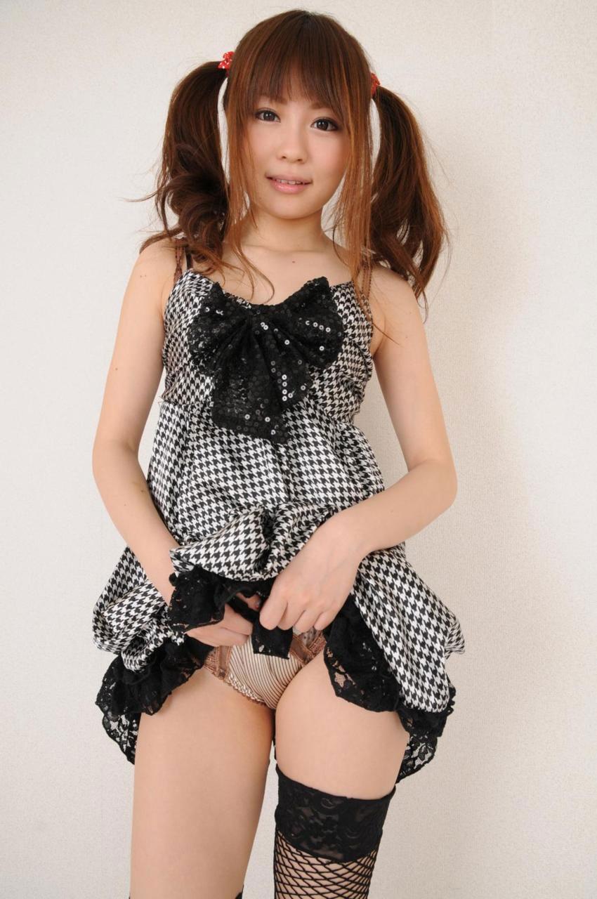 【セルフパンチラエロ画像】スカートを自分から捲り上げてパンチラ見せ付ける女子 18