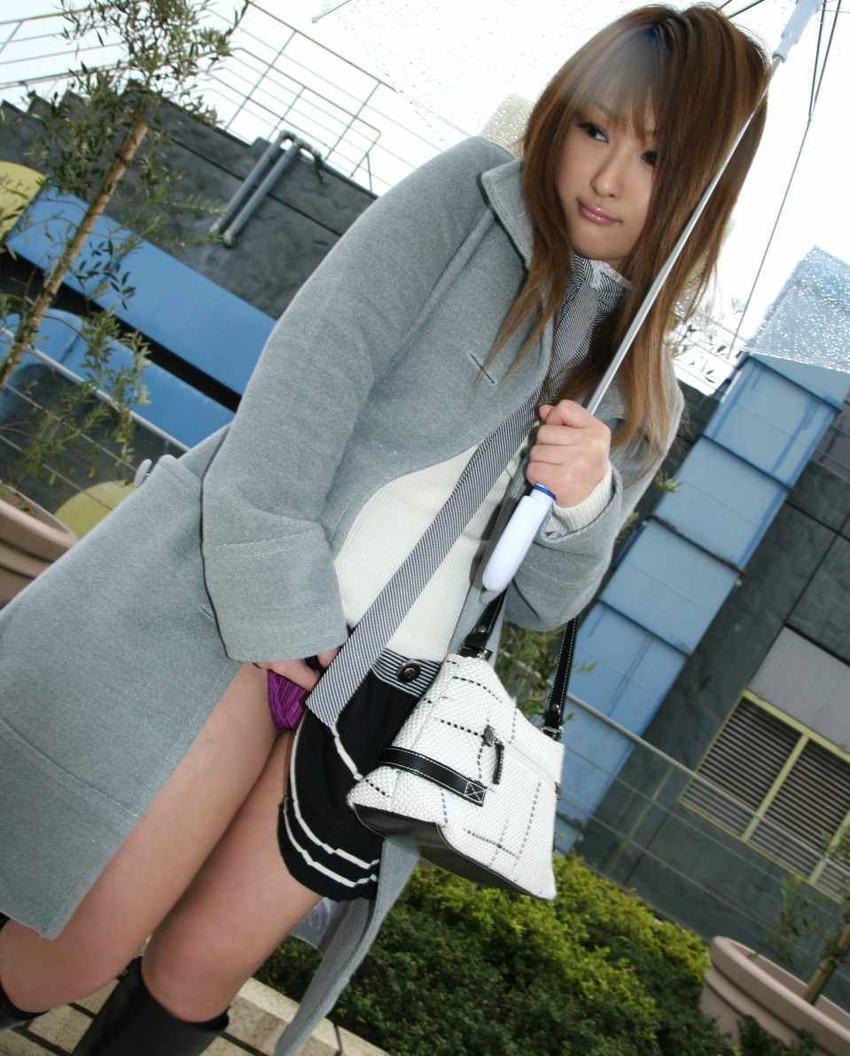 【セルフパンチラエロ画像】スカートを自分から捲り上げてパンチラ見せ付ける女子 34