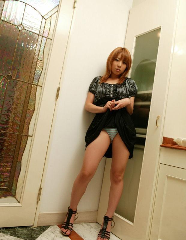 【セルフパンチラエロ画像】スカートを自分から捲り上げてパンチラ見せ付ける女子 36