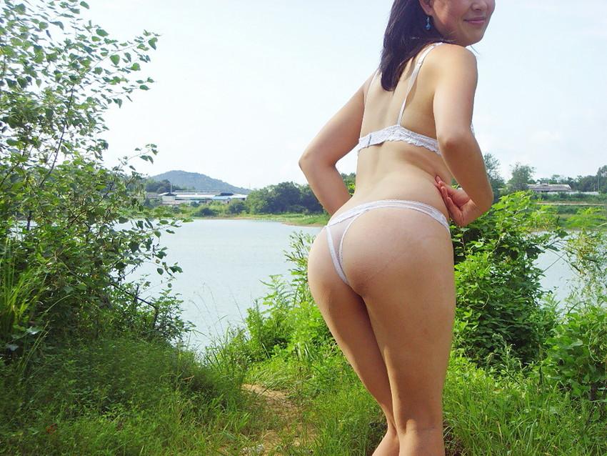 【野外露出エロ画像】野外で大胆に過激に肌を露出することに悦ぶ変態素人娘www 09