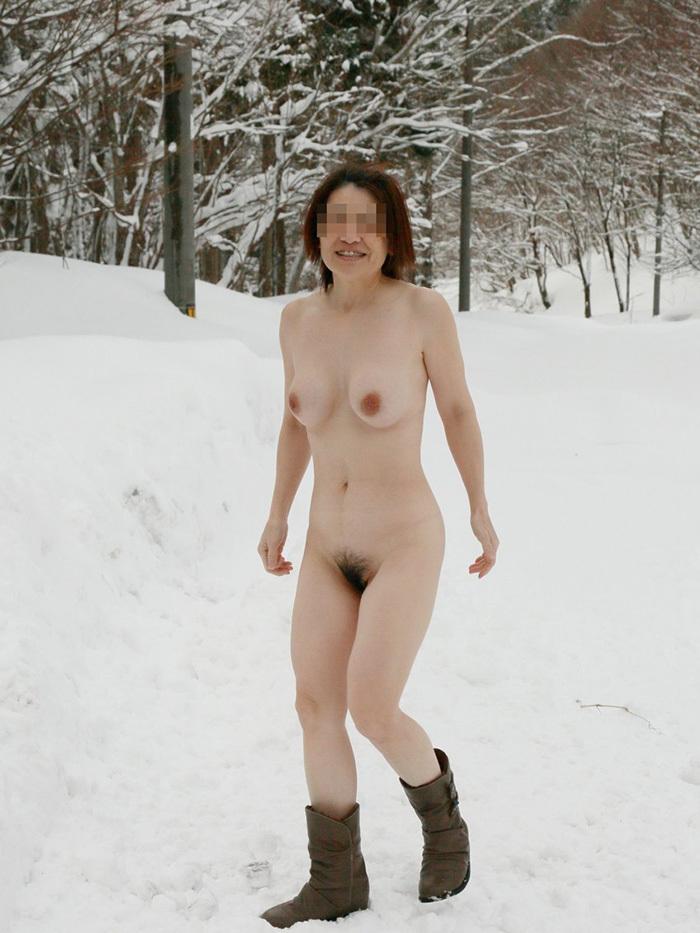 【野外露出エロ画像】野外で大胆に過激に肌を露出することに悦ぶ変態素人娘www 40