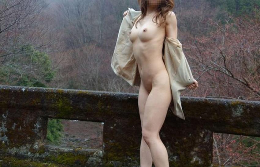 【野外露出エロ画像】野外で大胆に過激に肌を露出することに悦ぶ変態素人娘www 42