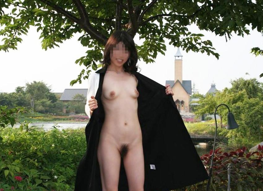 【野外露出エロ画像】野外で大胆に過激に肌を露出することに悦ぶ変態素人娘www 45