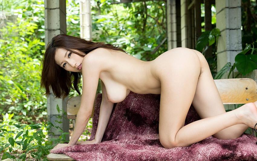 【四つん這いエロ画像】全裸で四つん這い!?これは後ろから入れてほしいのか!?w