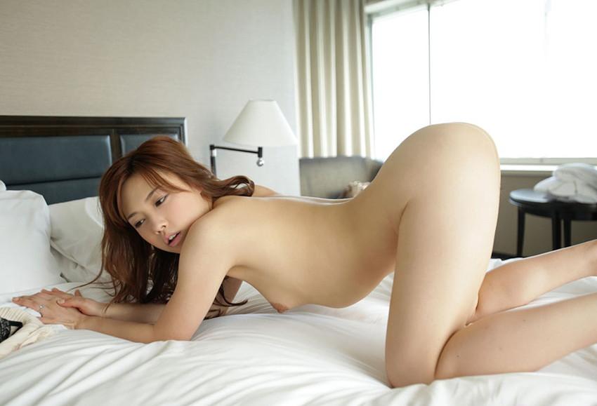 【四つん這いエロ画像】全裸で四つん這い!?これは後ろから入れてほしいのか!?w 55