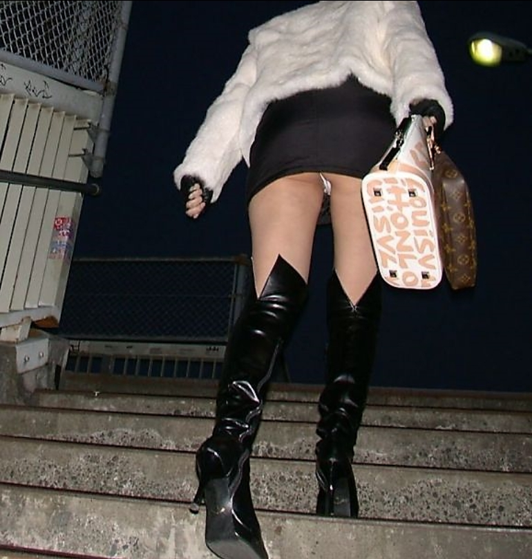 【ローアングルエロ画像】ローアングルから女の子のスカートの内部を狙ってみたww 04