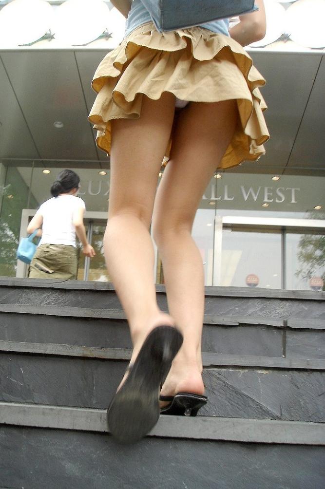 【ローアングルエロ画像】ローアングルから女の子のスカートの内部を狙ってみたww 22