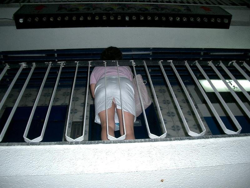 【ローアングルエロ画像】ローアングルから女の子のスカートの内部を狙ってみたww 27