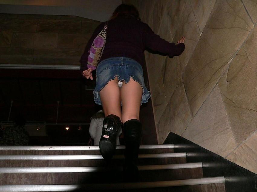 【ローアングルエロ画像】ローアングルから女の子のスカートの内部を狙ってみたww 29