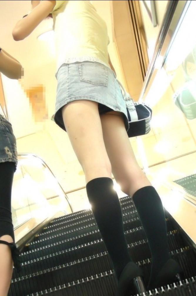【ローアングルエロ画像】ローアングルから女の子のスカートの内部を狙ってみたww 33