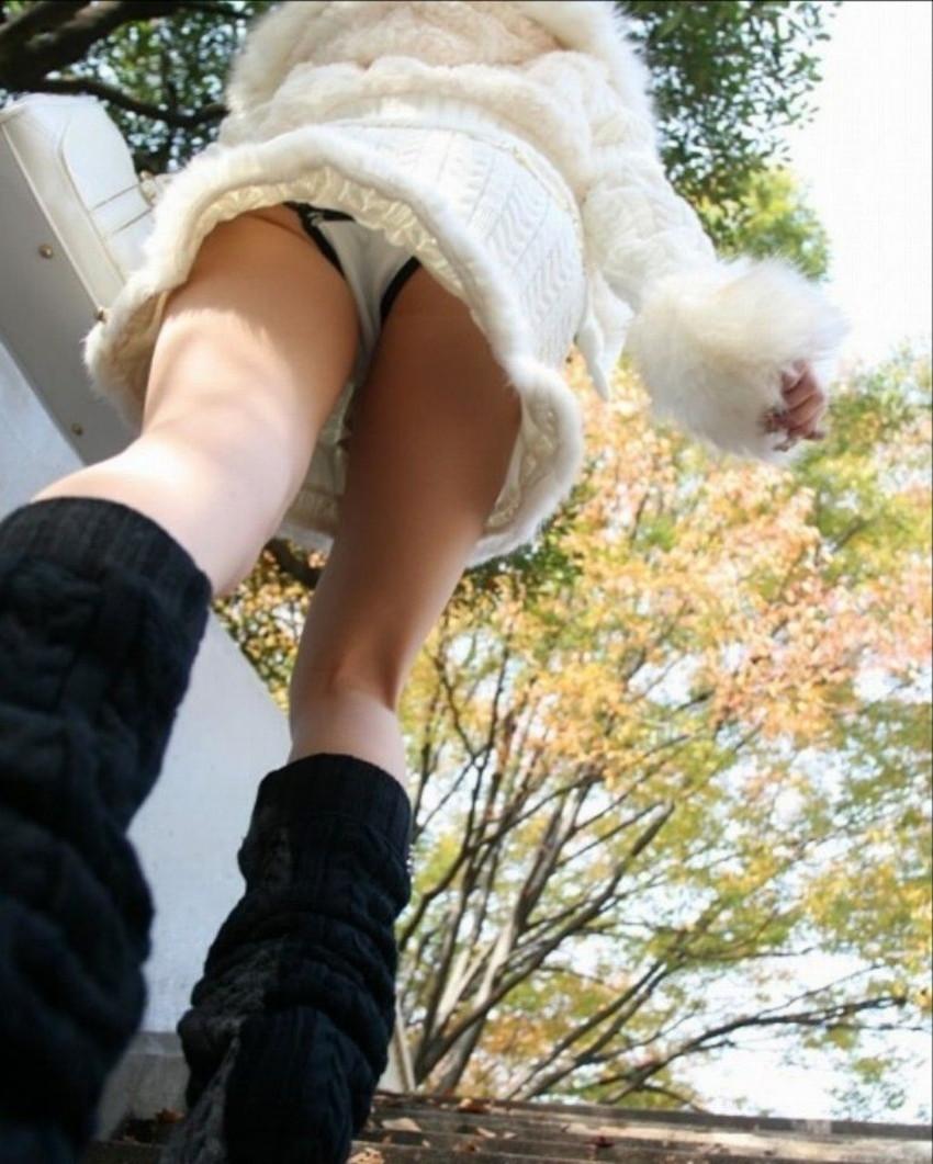 【ローアングルエロ画像】ローアングルから女の子のスカートの内部を狙ってみたww 40