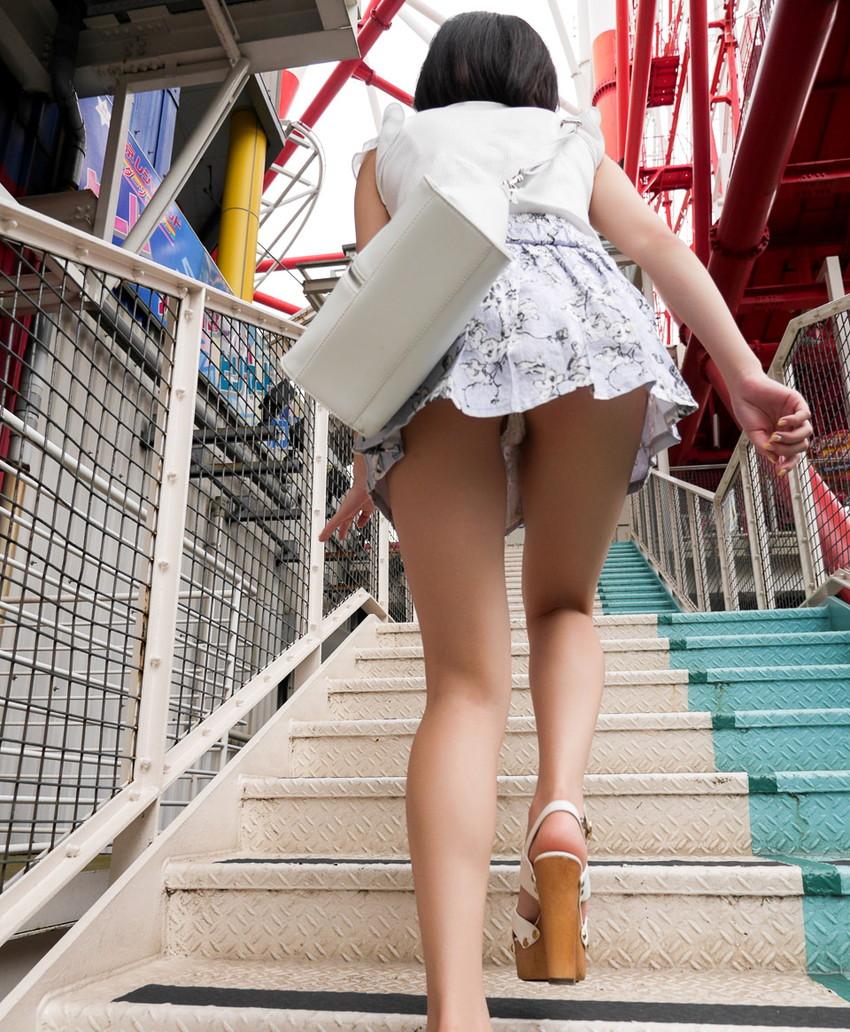 【ローアングルエロ画像】ローアングルから女の子のスカートの内部を狙ってみたww 43
