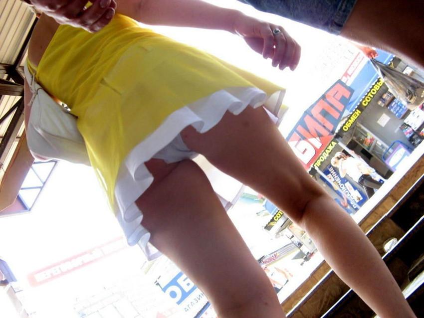 【ローアングルエロ画像】ローアングルから女の子のスカートの内部を狙ってみたww 45