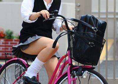 【女子高生】自転車通学のjkがパ○チラしてる盗撮エ□画像
