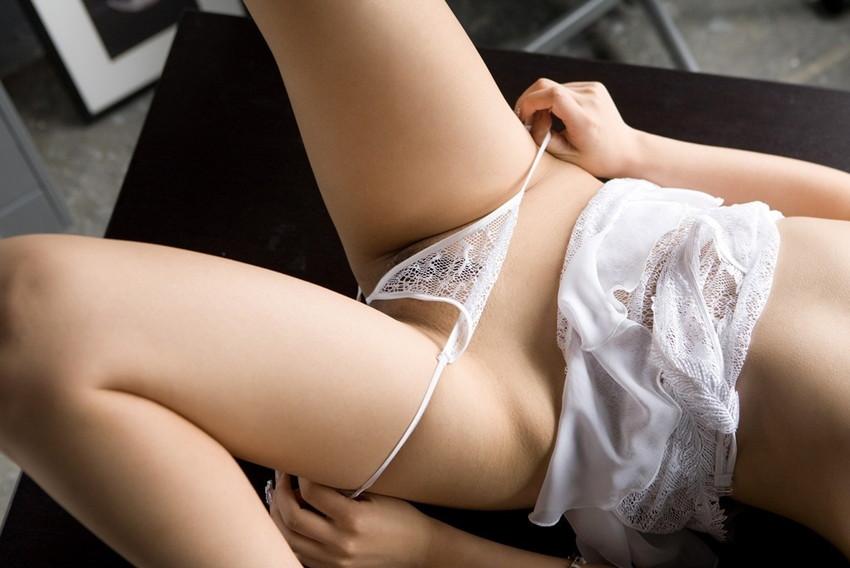 【パンツ半脱ぎエロ画像】脱ぎかけたパンティーにフェチ子心がくすぐられる半脱ぎパンツw 34