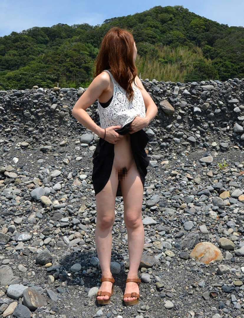 【露出エロ画像】大胆不敵!?コレくらいの露出もなんのその!エスカレートする素人娘w 44