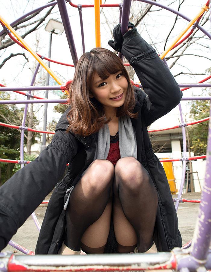【しゃがみ込みパンチラエロ画像】しゃがみ込んだ女の子の股間が気になって仕方ないw 08