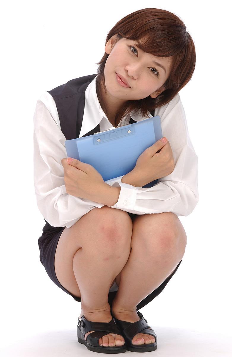 【しゃがみ込みパンチラエロ画像】しゃがみ込んだ女の子の股間が気になって仕方ないw 12