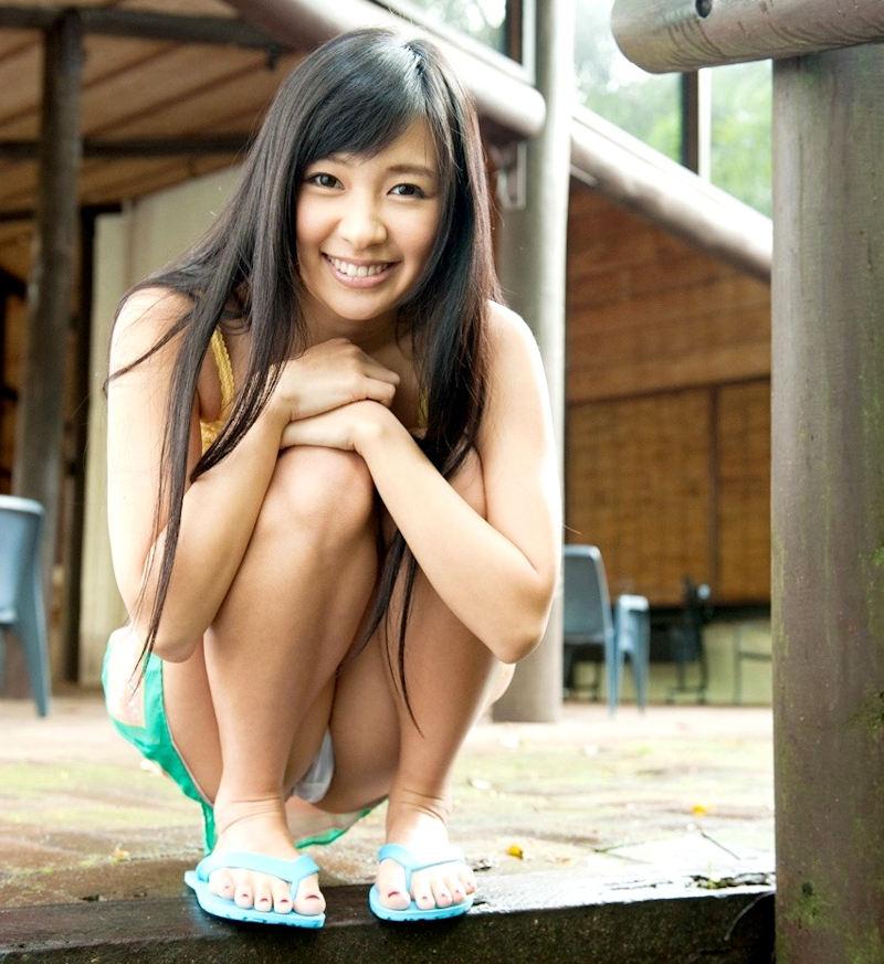 【しゃがみ込みパンチラエロ画像】しゃがみ込んだ女の子の股間が気になって仕方ないw 22