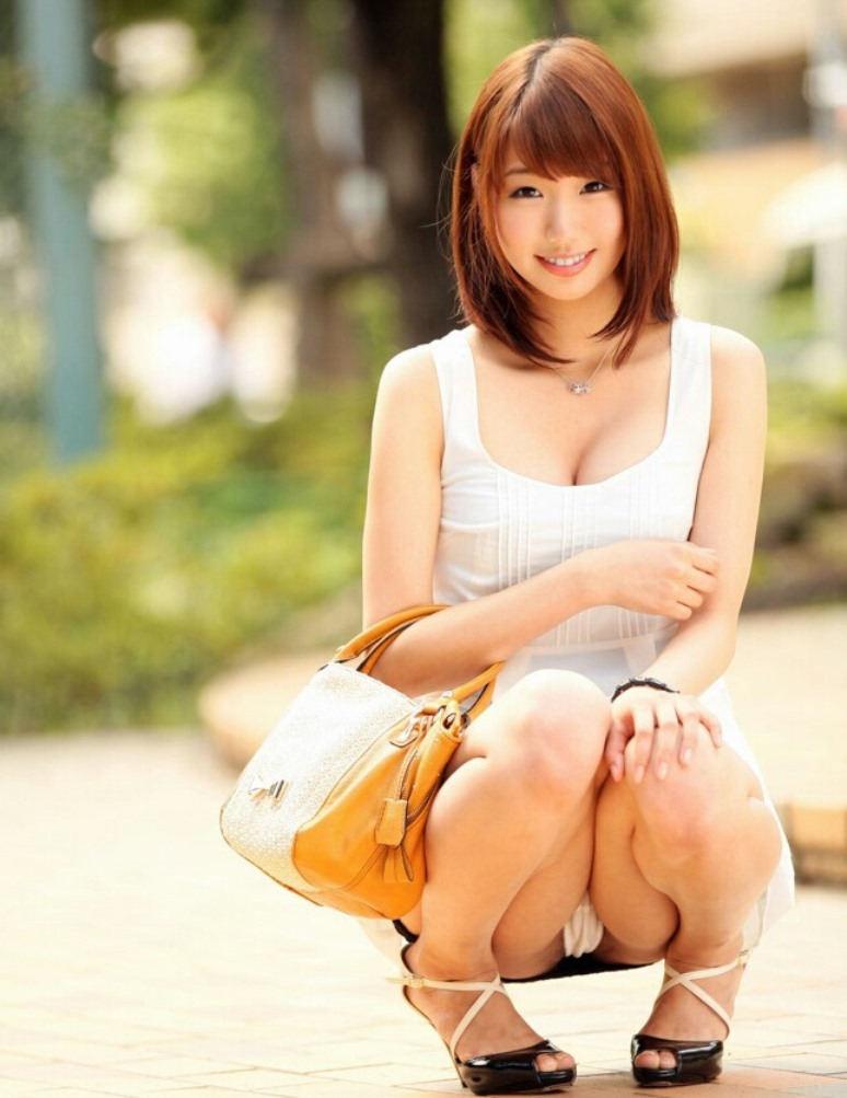 【しゃがみ込みパンチラエロ画像】しゃがみ込んだ女の子の股間が気になって仕方ないw 36