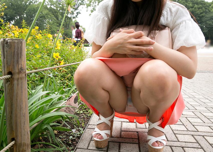 【しゃがみ込みパンチラエロ画像】しゃがみ込んだ女の子の股間が気になって仕方ないw 48