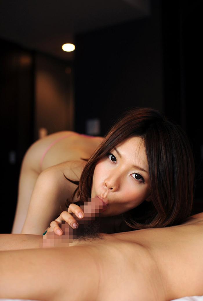 【全裸フェラチオエロ画像】全裸で「もう待てない!」とばかりにチンポにしゃぶりつく! 16