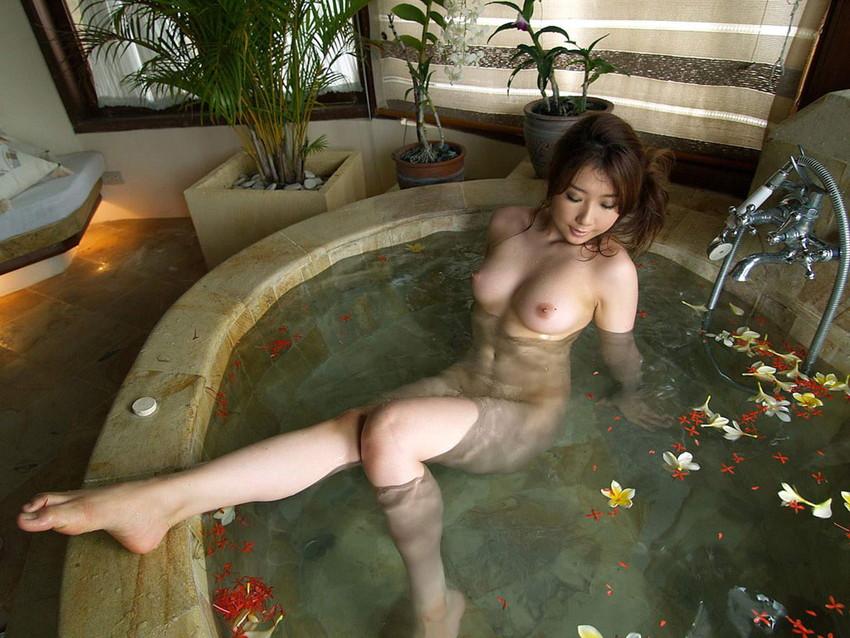 【入浴エロ画像】お風呂場で入浴中の女の子は生まれたままの姿!エロスッ!!! 45