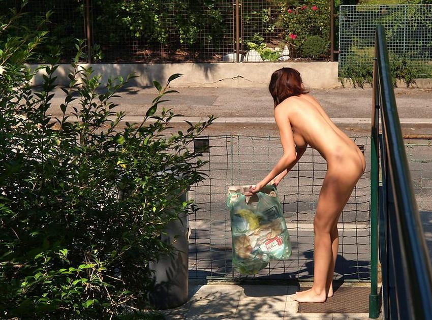 【野外露出エロ画像】素人娘たちの野外露出はどんどんエスカレートしていく…。 13
