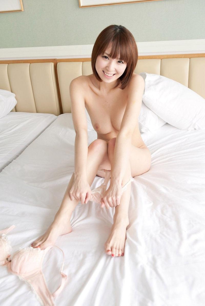 【パンツ半脱ぎエロ画像】このまま剥ぎ取ってしまいたい!パンツ半脱ぎ女子! 24