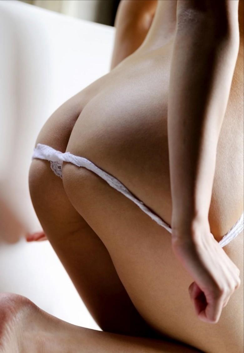 【パンツ半脱ぎエロ画像】このまま剥ぎ取ってしまいたい!パンツ半脱ぎ女子! 49
