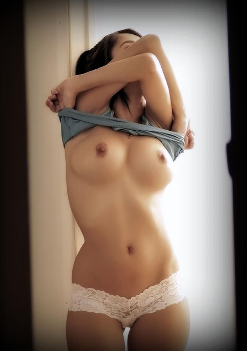 【おっぱいエロ画像】おっぱいを自ら露出させて見是付けているかのような女子! 19