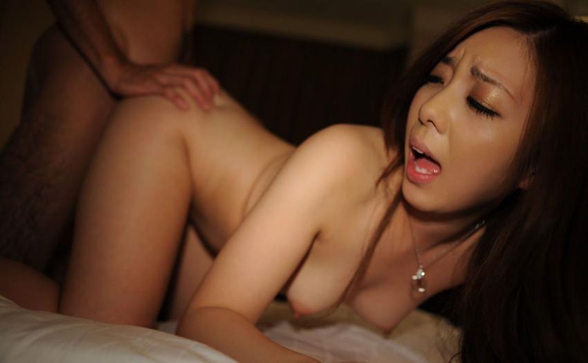 【バックエロ画像】バックでハメられる女の子エロ杉ワロタ!バックでセックスするカップル! 20