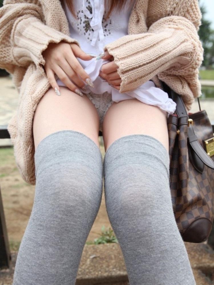 【セルフパンチラエロ画像】女の子からパンチラを見せ付けるセルフパンチラというジャンル! 04