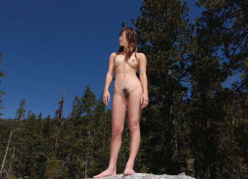 【露出エロ画像】屋外で着衣を脱ぎ去る露出狂といっても過言ではない女たち!