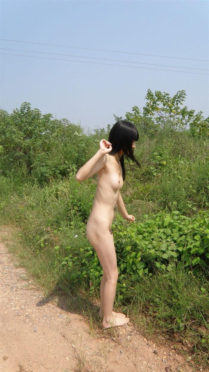 【露出エロ画像】屋外で着衣を脱ぎ去る露出狂といっても過言ではない女たち! 22