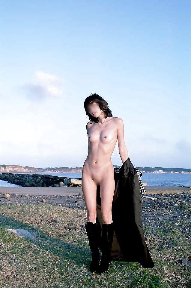 【露出エロ画像】屋外で着衣を脱ぎ去る露出狂といっても過言ではない女たち! 23