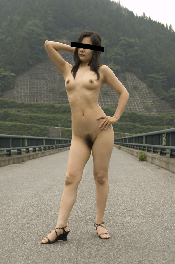 【露出エロ画像】屋外で着衣を脱ぎ去る露出狂といっても過言ではない女たち! 30