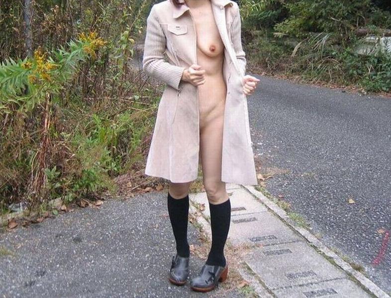【露出エロ画像】屋外で着衣を脱ぎ去る露出狂といっても過言ではない女たち! 40