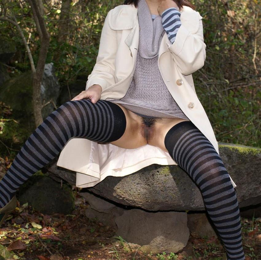 【露出エロ画像】屋外で着衣を脱ぎ去る露出狂といっても過言ではない女たち! 43
