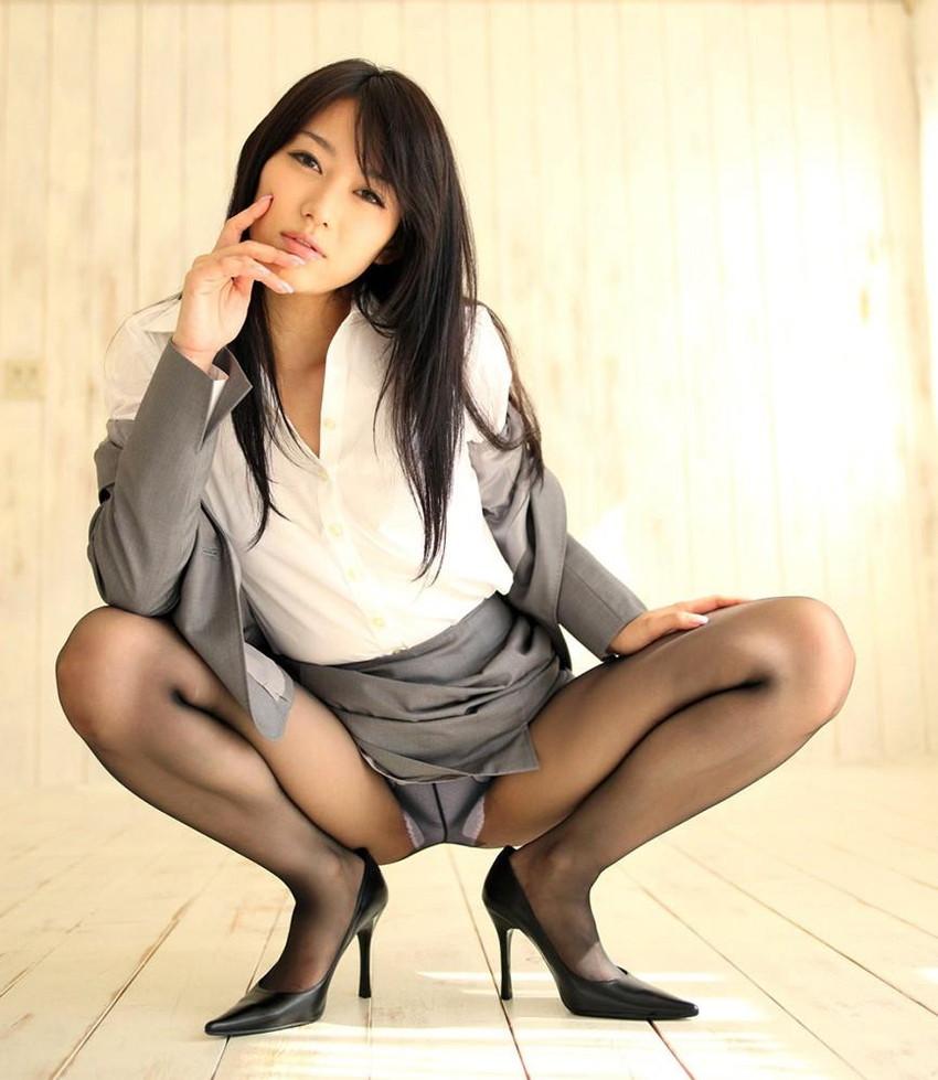 【M字開脚エロ画像】股間を見せ付けるように大開脚!俗に言うM字開脚ってやつw 07