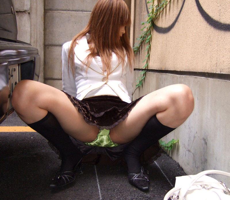 【M字開脚エロ画像】股間を見せ付けるように大開脚!俗に言うM字開脚ってやつw 23