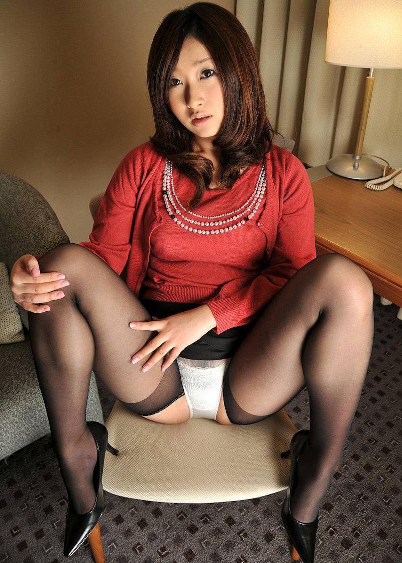 【M字開脚エロ画像】股間を見せ付けるように大開脚!俗に言うM字開脚ってやつw 56