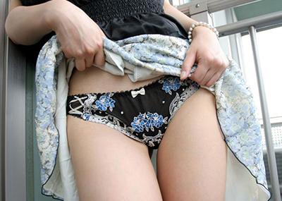 【セルフパンチラエロ画像】自分からスカートめくってパンチラ披露するセルフパンチラ!