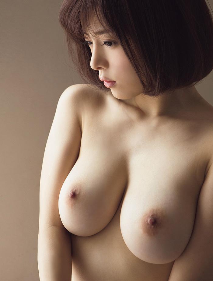 【美乳エ□画像】ため息すら出てしまいそうなほど、美しいお○ぱいの女の子!