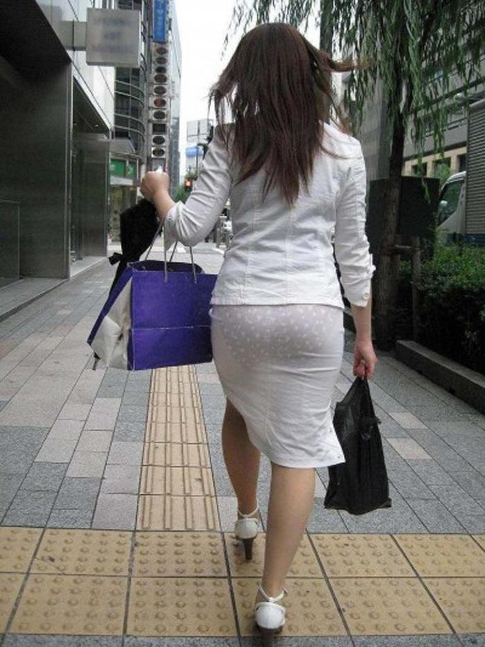 【素人着衣透けエロ画像】街中で着衣が透けていることに気づかない素人娘たち!
