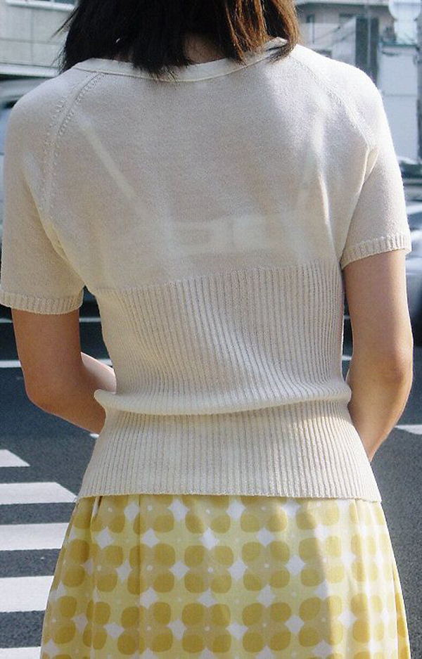 【素人着衣透けエロ画像】街中で着衣が透けていることに気づかない素人娘たち! 09