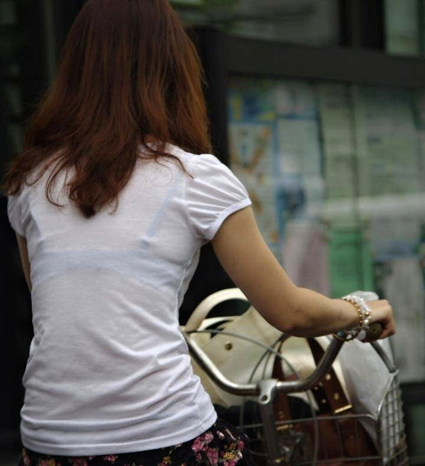 【素人着衣透けエロ画像】街中で着衣が透けていることに気づかない素人娘たち! 32