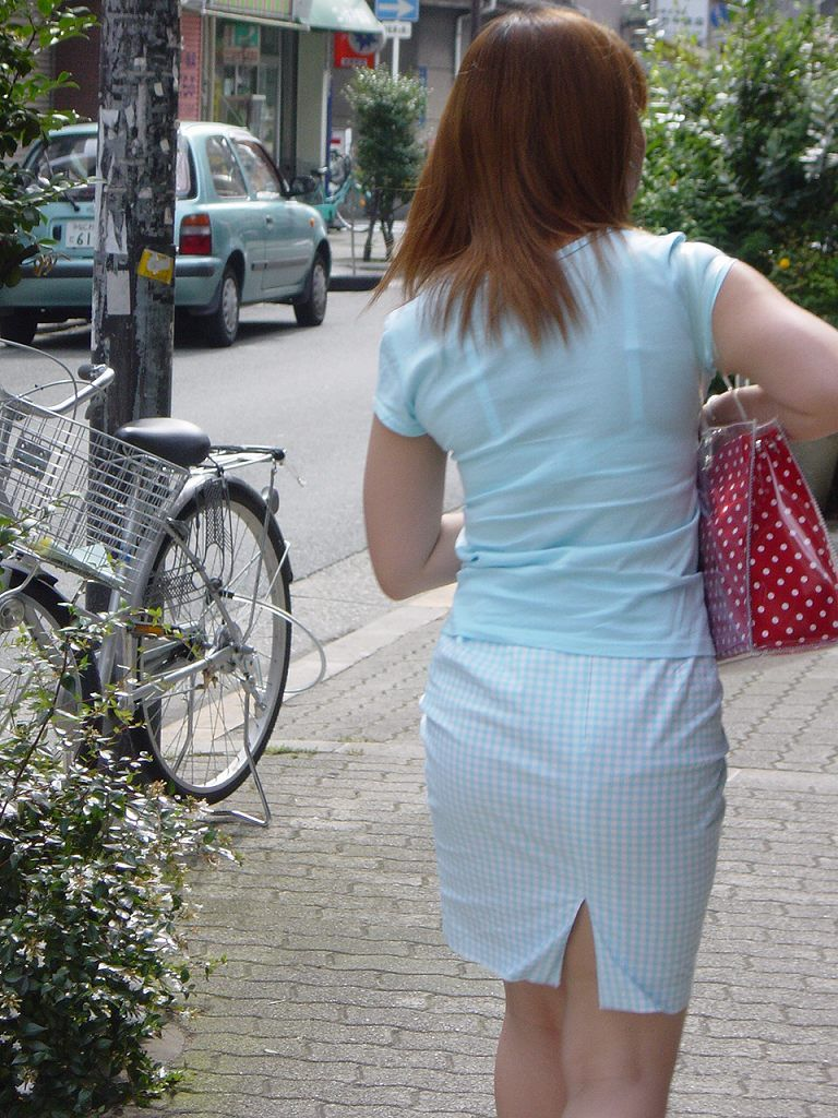 【素人着衣透けエロ画像】街中で着衣が透けていることに気づかない素人娘たち! 44