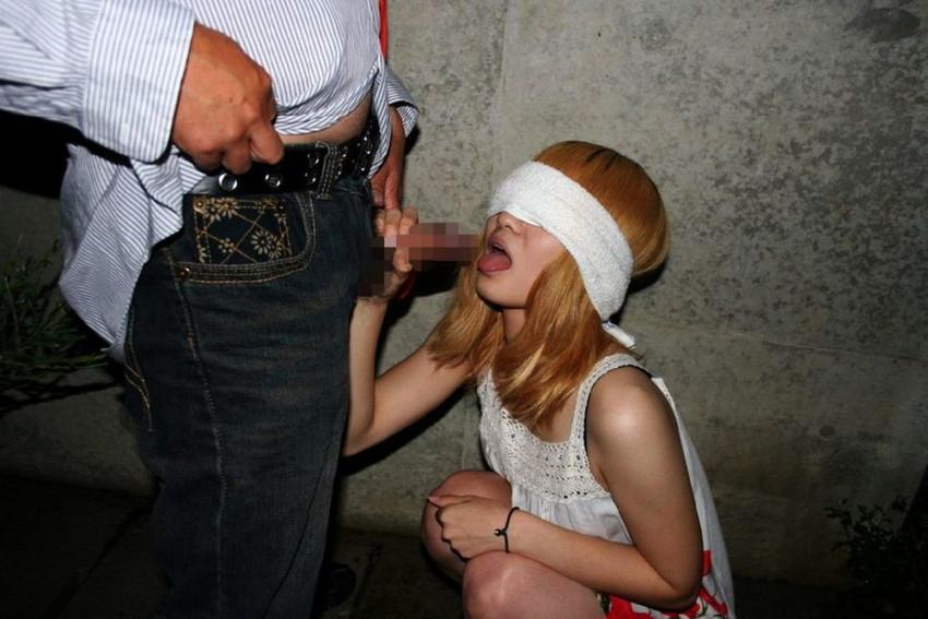 【野外フェラチオエロ画像】屋外で男のチンポを頬張る女の子の卑猥な画像集めたった! 30
