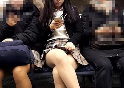 電車座席対面の女の子をスマホで「隠し撮り」したっぽい画像まとめ!太ももパ○チラ激写39枚。